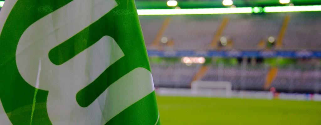 """VfL Wolfsburg is een Duitse voetbalclub, opgericht op 12 september 1945 en uitkomend in de Bundesliga. De club speelt zijn thuiswedstrijden in de Volkswagen-Arena. Sinds seizoen 1997/98 speelt de club in de Bundesliga, waar het langzaam een steeds stabielere factor werd. De UEFA Cup werd een aantal keer gehaald in de herfst van 2004 was de club zelfs enige tijd lijstaanvoerder. Eric Gerets was nog enige tijd trainer van de club. Het profvoetbal was van oudsher een afdeling van de omnisportvereniging """"Verein fŸr LeibesŸbungen Wolfsburg e.V."""", die ook afdelingen heeft voor o.a. basketbal, hockey en volleybal. In 2001 werd het profvoetbal ondergebracht in een vennootschap die daarna door de omnisportvereniging voor 90% aan hoofdsponsor Volkswagen werd verkocht. Eind 2007 heeft de vereniging de resterende 10% aan Volkswagen verkocht. Op zaterdag 23 mei 2009 behaalde VfL Wolfsburg haar eerste kampioenschap door op de laatste speeldag met 5 - 1 van SV Werder Bremen te winnen."""